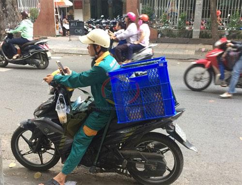 Thung-nhua-cho-hang-xe-may